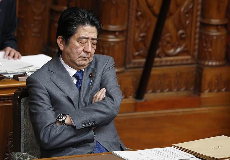 Премьер-министр Японии Синдзо Абэ на заседании в верхней палате парламента страны, 2015 год