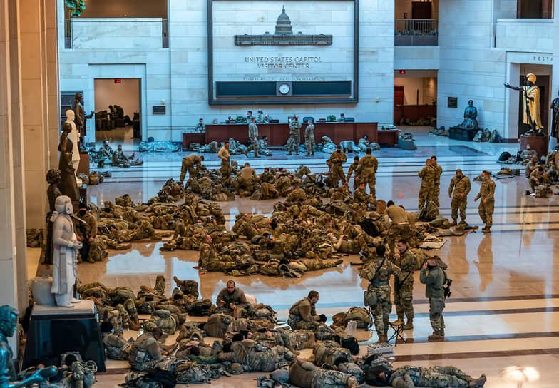 Бойцы Национальной гвардии отдыхают в здании Капитолия во время рассмотрения вопроса об импичменте президента США Дональда Трампа, 2021 год