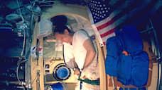 Астронавт НАСА Норман Тагард спит в специальном спальном мешке на борту станции «Мир», 1995 год