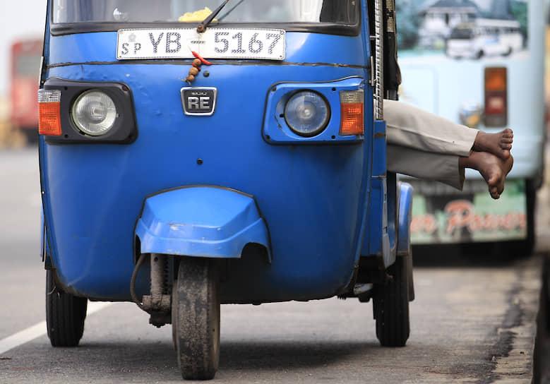 Водитель тук-тука в Шри-Ланке в ожидании клиента, 2013 год