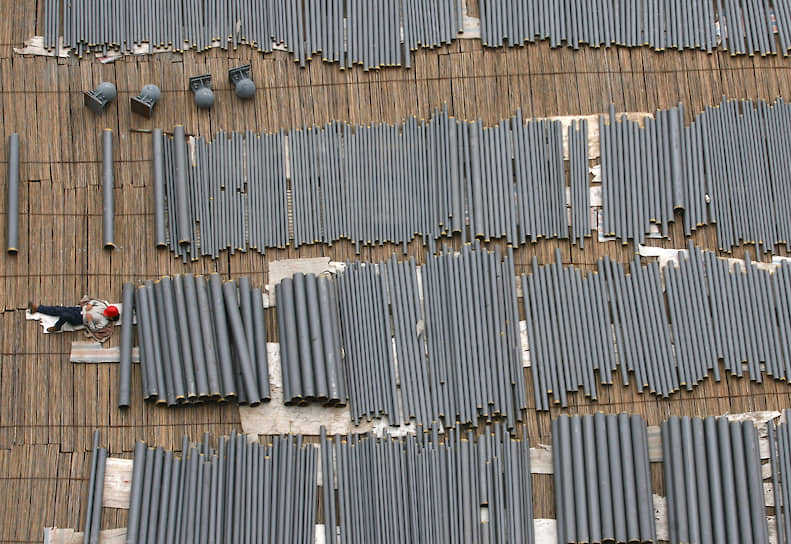 Китайский рабочий на строительной площадке плотины «Три ущелья» в Ичане (провинция Хубэй), 2006 год