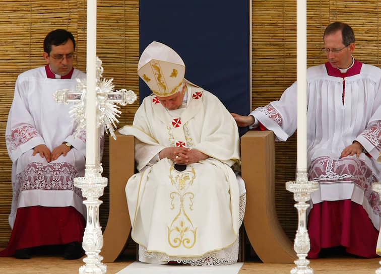 Папа римский Бенедикт XVI во время мессы, 2010 год