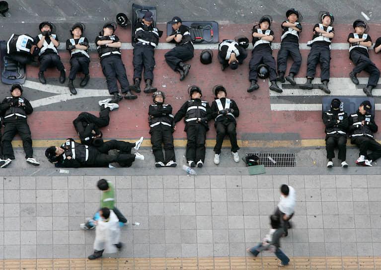 Сотрудники полиции в Сеуле (Южная Корея) во время митинга, 2008 год
