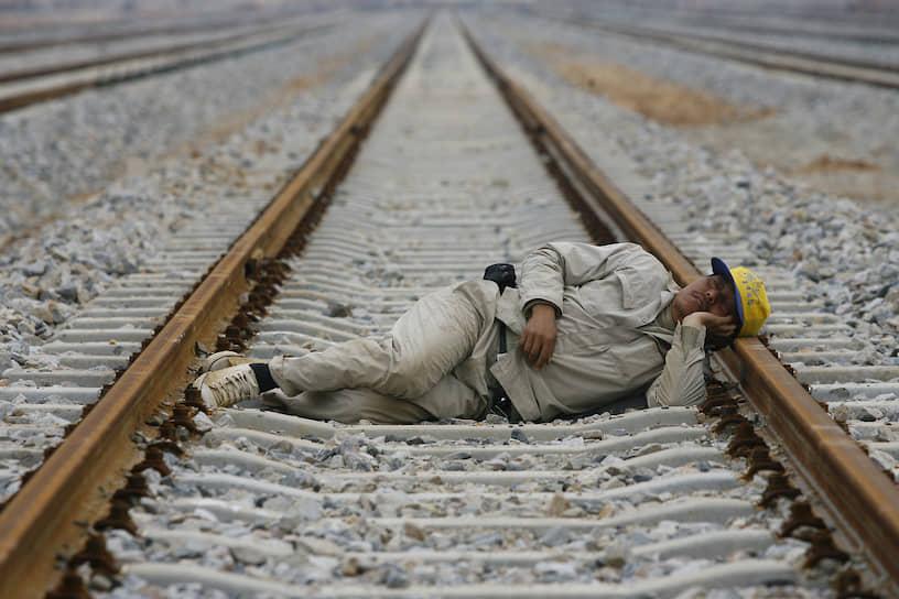 Железнодорожный рабочий в китайском городе Ухань, 2009 год