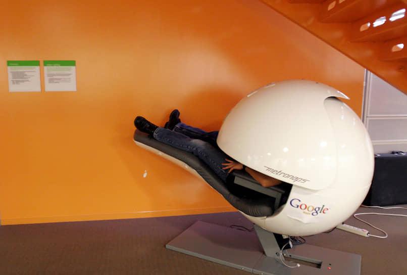 Сотрудник Google отдыхает в капсуле, которая блокирует свет и звук, штат Калифорния, 2008 год