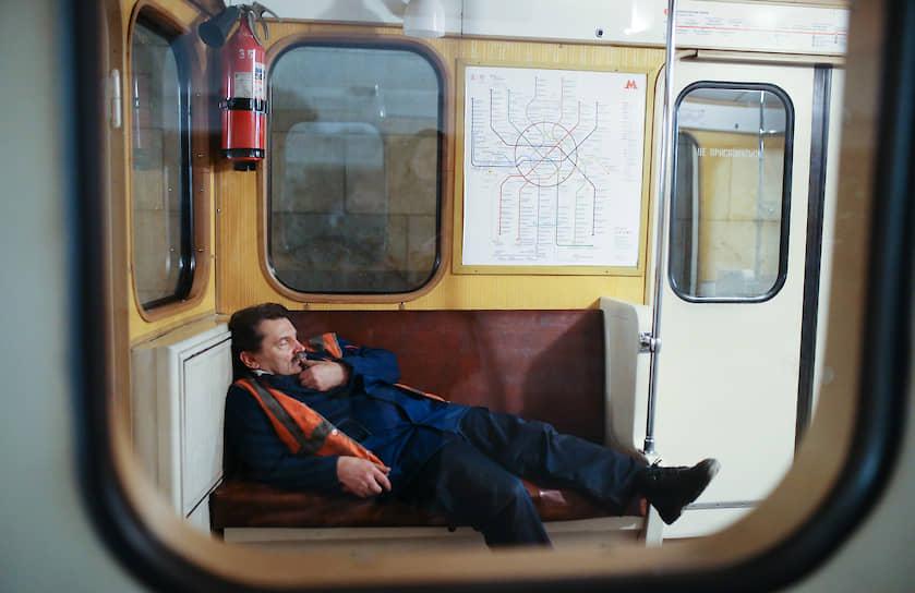 Сотрудник технической службы метрополитена Москвы в вагоне, 2016 год