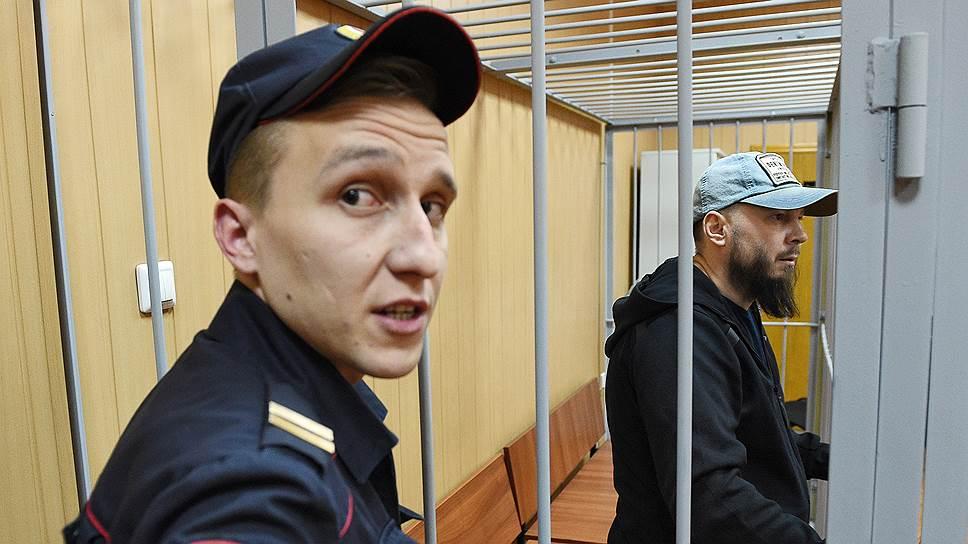 Экспедитор Алексей Политиков (справа)