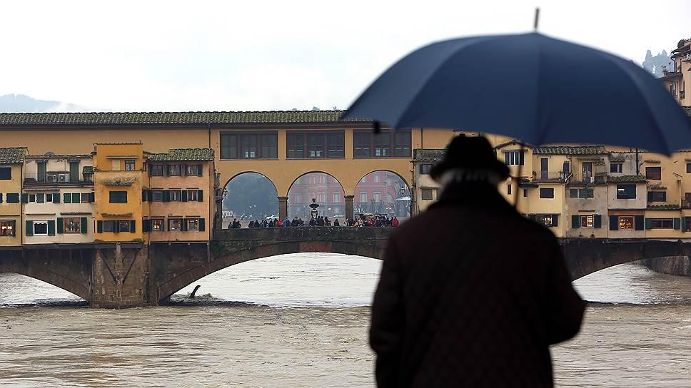Туристы растаскивают итальянские пляжи на сувениры, но во Флоренции у реки Арно берега были разрушены эрозией