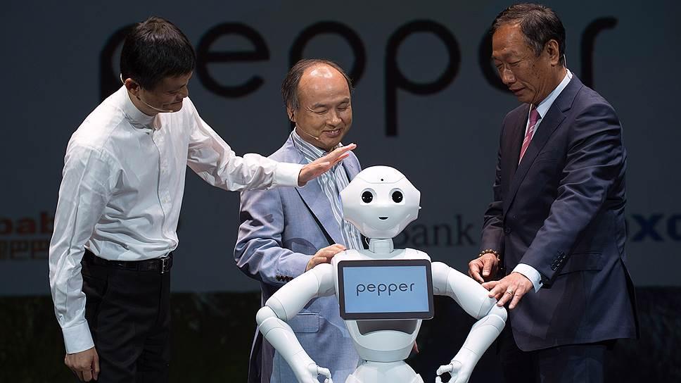 Джек Ма (слева) в роботов верит больше, чем в людей