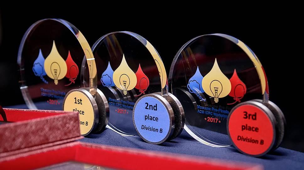 Комплекты медалей двух дивизионов
