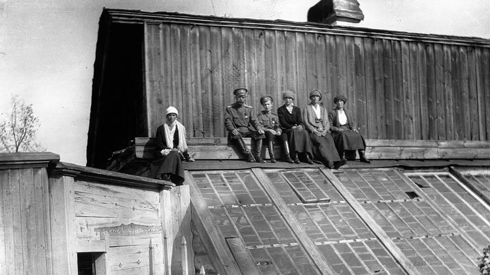 Николай II с детьми на крыше дома в Тобольске, куда семья Романовых была сослана в августе 1917 года