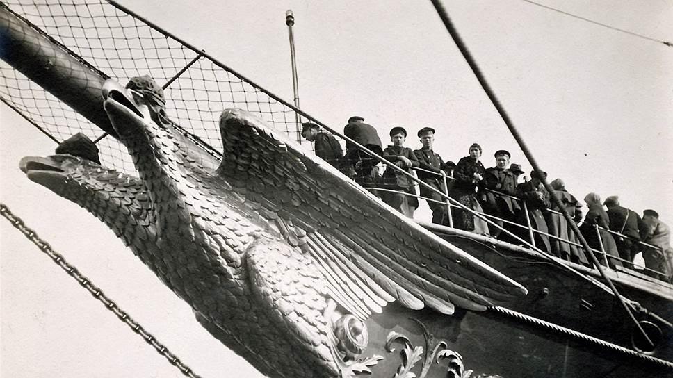 Золоченый двуглавый орел на форштевне сразу давал понять, что это императорская яхта
