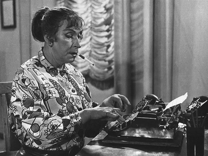С 1921 по 1936 год Эраст Гарин получал главные роли в важнейших постановках ГосТиМа. В спектакле «Горе уму» он играл Чацкого. За два с половиной года  постановку показали более 70 раз и убрали из репертуара только после ухода Эраста Гарина из театра. Занятость в ГосТиМе не помешала актеру окончить Государственные экспериментальные театральные мастерские Наркомпроса РСФСР, а позже поставить «Поэму о топоре» в Первом рабочем театре Пролеткульта, худруком которого тогда был Сергей Эйзенштейн