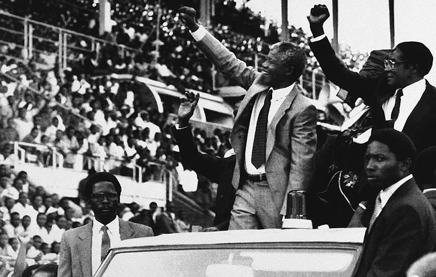 В 2008 году бывший лидер ЮАР Нельсон Мандела (на фото - в центре), с которым Мугабе познакомился еще во время обучения в южноафриканском Университете Форт-Хэйр и поддерживал приятельские отношения, присоединился к его критике, заявив, что политический кризис в Зимбабве вызван «провалом руководства Мугабе»