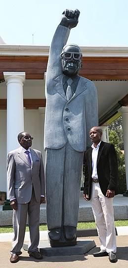 Роберт Мугабе внесен в Книгу рекордов Гиннесса как лидер государства, совершивший наибольшее количество зарубежных официальных визитов. В 2016 году президент открыл памятник самому себе. Пользователи соцсетей высмеяли скульптуру с поднятой и сжатой в кулак рукой, сравнив ее с Суперменом