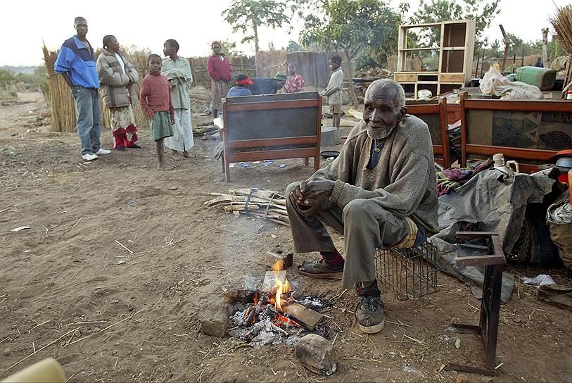 По итогам жилищной реформы, которую провел Мугабе, были снесены трущобы, без крова остались более 2,5 млн человек. После требования ООН прекратить жилищную кампанию из-за антигуманности правительство заморозило реформу