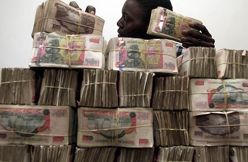 За время правления Роберта Мугабе в стране произошла гиперинфляция — зимбабвийский доллар настолько обесценился, что в 2009 году национальная валюта была отменена. Сейчас в Зимбабве используется иностранная валюта. Уровень безработицы достигает 80%