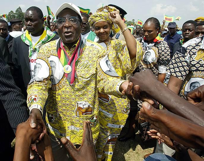 Роберт Мугабе был дважды женат. В октябре 2017 года вице-президент Зимбабве Эммерсон Мнангагва публично обвинил вторую супругу Мугабе — 52-летнюю Грейс Мугабе (на фото) — в том, что она пыталась его отравить и устранить как возможного преемника. По мнению ряда экспертов, господин Мугабе действительно намеревался сделать правителем страны свою жену