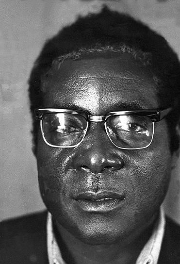 Роберт Габриэль Мугабе родился 21 февраля 1924 года в британской колонии Южная Родезия (сейчас — Зимбабве). В детстве посещал католическую школу. Один из его одноклассников позднее вспоминал: «Если бы у нас в ходу были такие прозвища, то мы бы звали его ботаником»