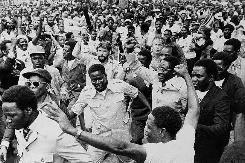 В 1960 году будущий президент Зимбабве начал политическую карьеру, вступив в Национальную демократическую партию (НДП) и стал ее секретарем по информации и печати. В 1961–1963 годах занимал аналогичную должность в Союзе африканского народа Зимбабве (ЗАПУ) после запрета НДП. В 1963 году был арестован и провел в тюрьме 11 лет. После освобождения принял активное участие в партизанском движении