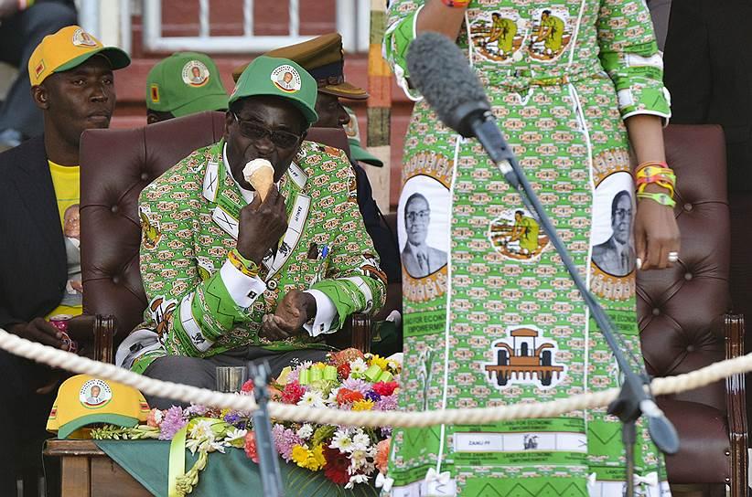 До военного переворота 93-летний Роберт Мугабе являлся самым пожилым правителем в мире. В 2017 году на торжествах по случаю его дня рождения несколько тысяч гостей были накормлены 93-килограммовым тортом, а сам президент надел на праздник костюм с собственным изображением