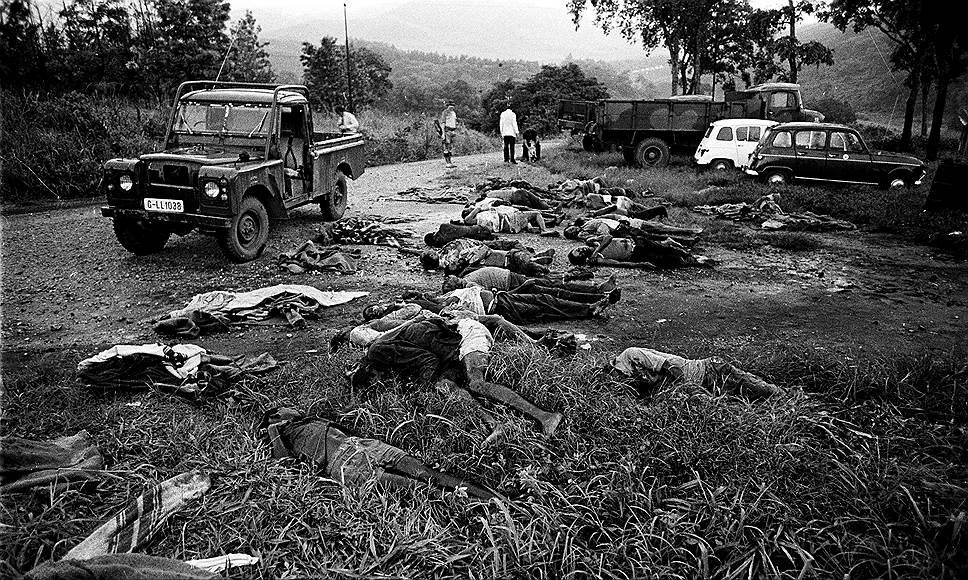 После прихода к власти Мугабе устранил своих конкурентов, объявив их мятежниками. Борьба с ними вылилась в геноцид одного из племен. По разным оценкам, погибли от 10 тыс. до 20 тыс. мирных жителей