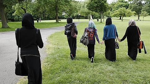 С британскими школьницами поговорят о хиджабах // Инспекторы проверят, чтобы мусульманок не принуждали к их ношению