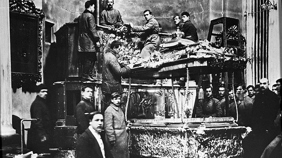 Большевистская кампания по вскрытию рак с останками святых должна была подорвать веру народа в мощи, но нередко выходило наоборот. На фото — вскрытие раки Александра Невского в 1922 году