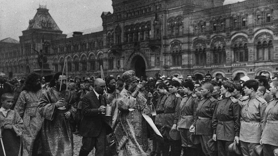 Первым из пострадавших в XX веке от рук большевиков к лику святых был причислен патриарх Тихон, избранный на патриарший престол в 1917 году