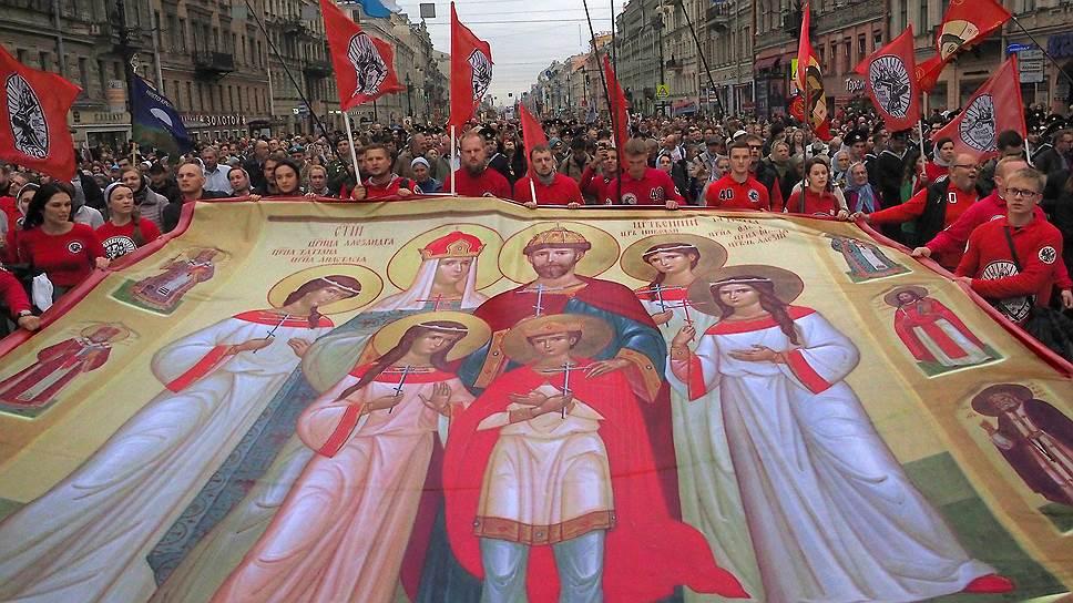 Иконописные изображения царской семьи часто можно видеть на плакатах и транспарантах во время различных патриотических шествий