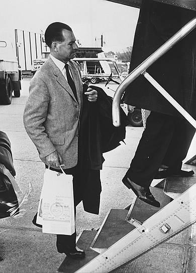 Франсуа Жену был швейцарским финансистом и активным сторонником нацистской Германии. Его подозревали в помощи скрывавшихся от правосудия фашистских лидеров и поддержке арабского националистического движения. В 1996 году началось расследование его финансовой деятельности в годы Второй Мировой войны, после чего Жену покончил с собой, выпив яд