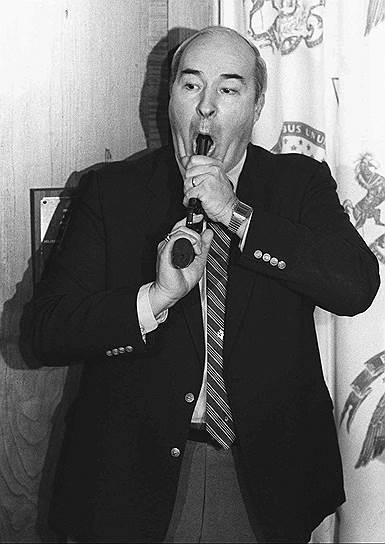 Американского политика и казначея штата Пенсильвания (США) Роберта Дуайера в 1986 году обвинили в получении взятки. 22 января 1987 года, за день до оглашения приговора, Дуайер созвал пресс-конференцию, заявил о своей невиновности и выстрелил из револьвера себе в голову