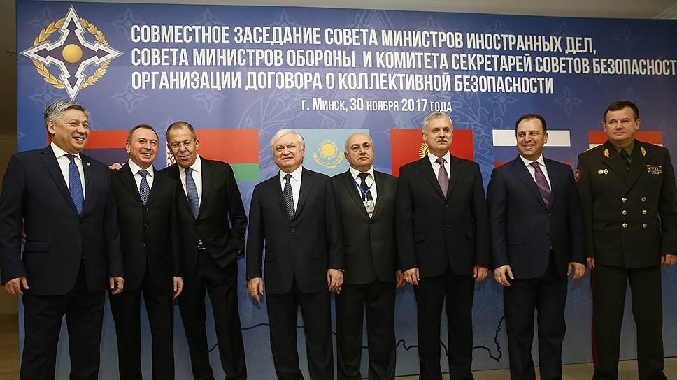 Глава МИД России Сергей Лавров (третий слева)