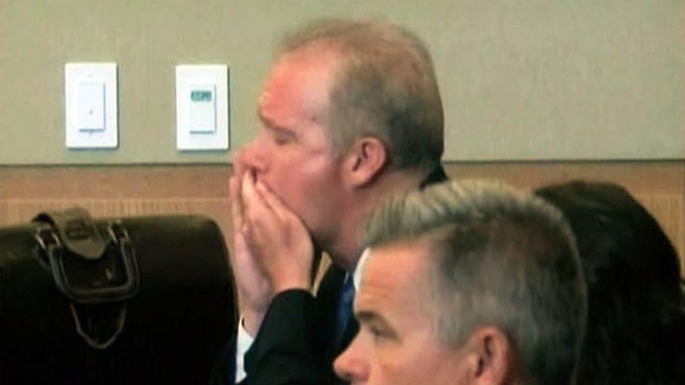 Американский миллионер и путешественник Майкл Мэрин был обвинен в мошенничестве. В 2012 году суд приговорил его к 16 годам тюрьмы. После того, как ему вынесли приговор, Мэрин в зале суда проглотил цианид