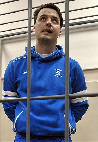 В феврале 2014 года ФСБ арестовало генерал-майора полиции Бориса Колесникова. Высокопоставленного стража порядка обвинили в организации ОПГ. Колесников был лишен должности, а в июне во время допроса в следственном комитете выпал с балкона шестого этажа. По официальной версии, он покончил жизнь самоубийством