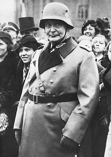 В мае 1945 года был арестован главнокомандующий немецкой авиацией Герман Геринг. Международный военный трибунал приговорил его к смертной казни через повешение, но решение суда он не признал. За несколько часов перед казнью 15 октября 1946 года Геринг принял цианистый калий