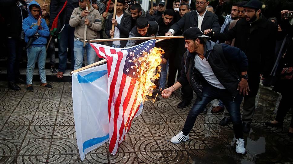 Палестинцы жгут флаги Израиля и США в Газе