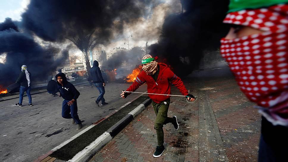 Протестующие палестинцы около еврейского поселения Бейт Эль, расположенного недалеко от города Рамалла