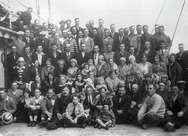 После начала индустриализации советские фирмы за рубежом начали вербовать группы иностранных рабочих для отправки в СССР. С нужными специалистами заключались контракты, в которых полностью прописывались условия работы