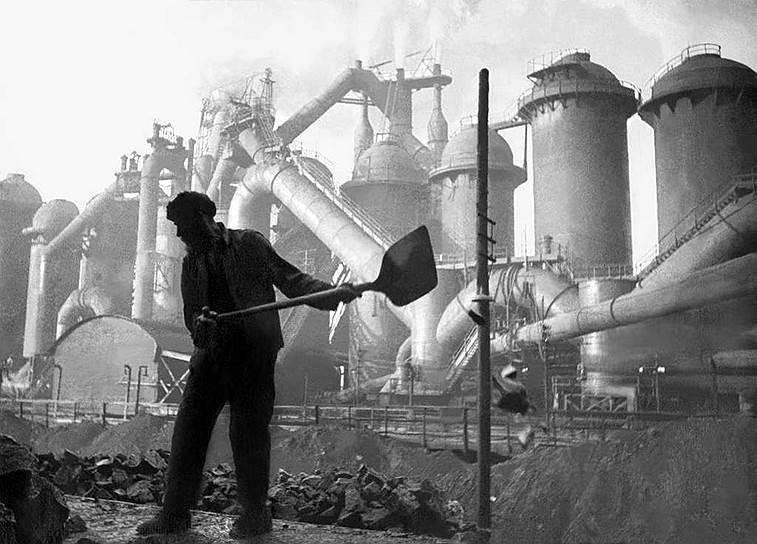 Строительство Магнитогорского металлургического комбината шло очень трудно. Жалобы сотрудников фирмы «Мак-Ки», проектировавшей комбинат, и советских руководителей стройки друг на друга по вопросу пуска домны №1 дошли до наркома тяжелой промышленности Серго Орджоникидзе, который поддержал советских специалистов