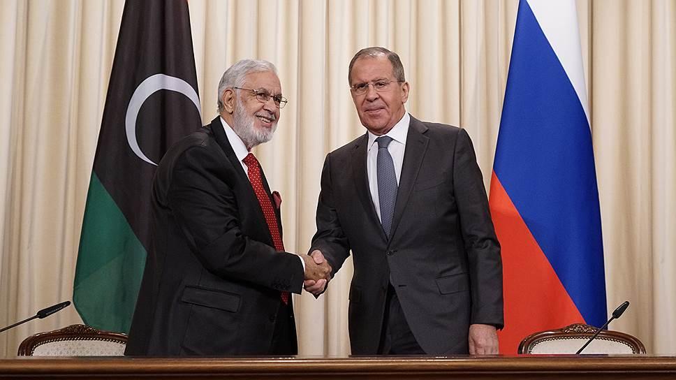 Министр иностранных дел Ливии Мохамед Таха Сияла (слева) и министр иностранных дел России Сергей Лавров