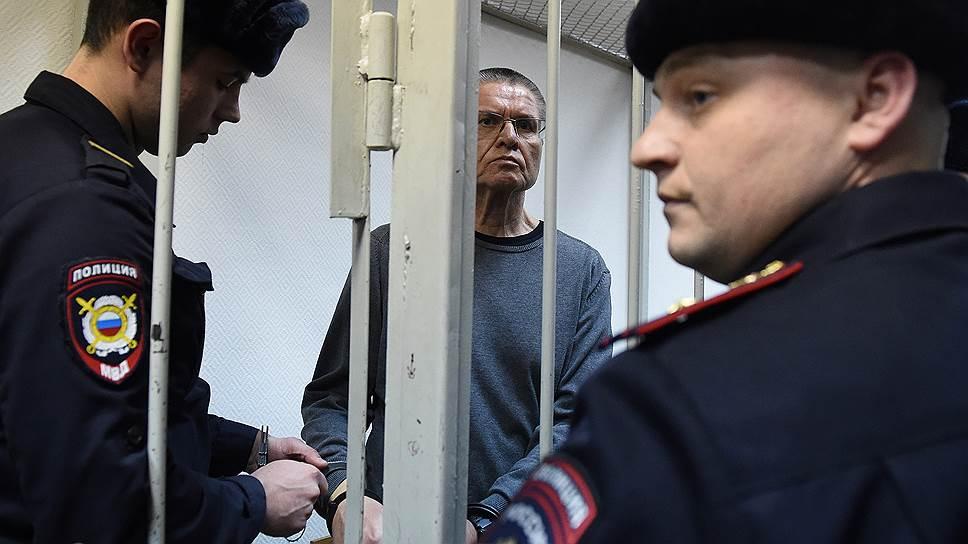 Осужденный Алексей Улюкаев (в центре)