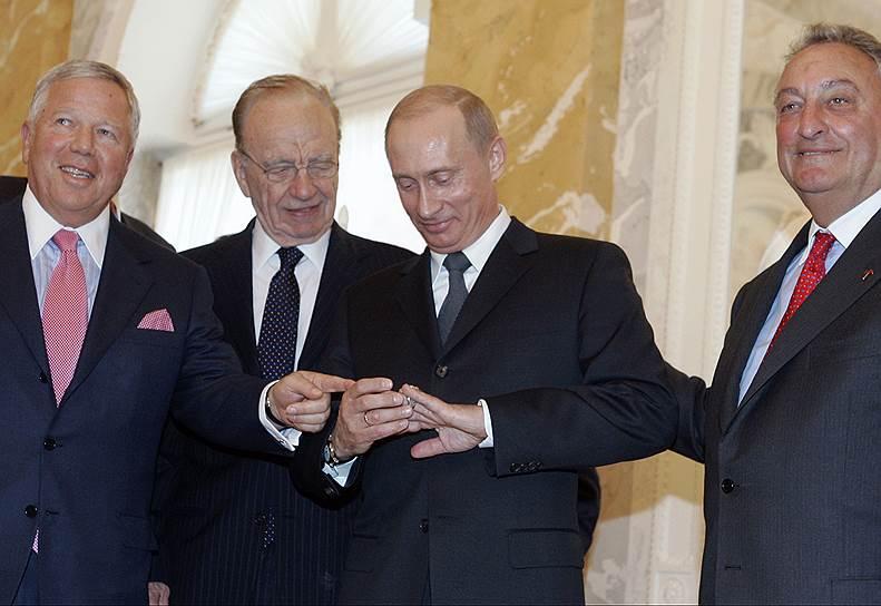 Слева направо: старший исполнительный директор группы компаний «Craft» Роберт Крафт, Руперт Мердок, президент России Владимир Путин и председатель правления корпорации Citigroup Сэнфорд Уэйлл (2005 год)