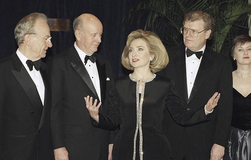 Слева направо: Руперт Мердок, председатель и CEO Capital Cities/ABC, Inc. Томас Мёрфи, первая леди США Хиллари Клинтон и президент CBS Говард Стрингер (1995 год)