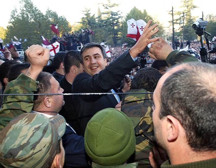 В 1995 и 1999 годах избирался депутатом парламента Грузии, где возглавлял комитет по конституционным, юридическим вопросам и законности и фракцию «Союз граждан Грузии». С 2000 года — министр юстиции страны. В 2001 году перешел в оппозицию к президенту Шеварднадзе, возглавил городское собрание Тбилиси