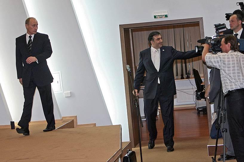 25 ноября 2007 года на фоне массовых акций протеста Михаил Саакашвили принял добровольное решение уйти в отставку, объявив досрочные президентские выборы, которые состоялись 5 января 2008 года. Господин Саакашвили был переизбран президентом с 53,47% голосов<br> На фото: президент Грузии Михаил Саакашвили (справа) на встрече с Владимиром Путиным в рамках ПМЭФ