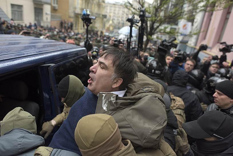 5 декабря Михаила Саакашвили задержали на крыше его дома в Киеве, однако сторонники господина Саакашвили отбили его у силовиков. 8 декабря он был вновь задержан. Власти объявили, что подозревают Саакашвили «в содействии организованным преступным группам, связанным с бывшим президентом Украины Виктором Януковичем». В феврале 2018 года господин Саакашвили был депортирован из Украины, проживал в Нидерландах