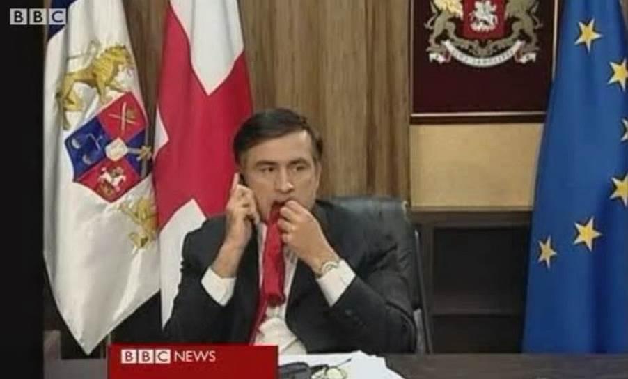 16 августа 2008 года в эфире BBC были показаны кадры, на которых Михаил Саакашвили, задумавшись, жует свой галстук. Инцидент послужил темой для шуток и анекдотов со стороны российских СМИ, политологов и политиков, включая Владимира Путина. Сам Михаил Саакашвили прокомментировал свое поведение так: «Переживания за страну могут заставить съесть свой собственный галстук»