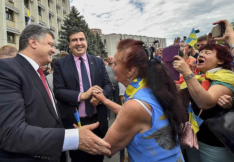 С февраля 2015 года Михаил Саакашвили работал советником президента Украины Петра Порошенко (на фото слева). 29 мая 2015 года его указом Михаилу Саакашвили было предоставлено украинское гражданство. На следующий день он был назначен главой Одесской областной государственной администрации. От грузинского гражданства Михаил Саакашвили отказался