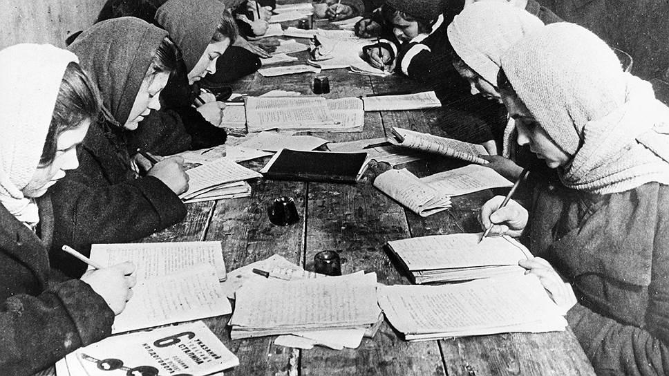 Рабочие и крестьяне, не знавшие грамоту до революции, учились уже по новым правилам